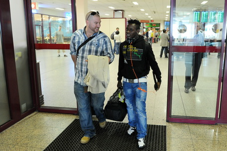 Pictures: Emmanuel Clottey arrives at Legia Warsaw