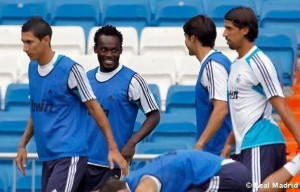 English side Arsenal could table a bid to sign Ghanaian midfielder Michael Essien from rivals Chelsea next season, says a report in the English press.