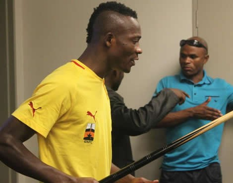 Ghana defender John Pantsil was released by the Ghanaian police on bail on Friday evening after a neighbour accused him of assault and threatening language.