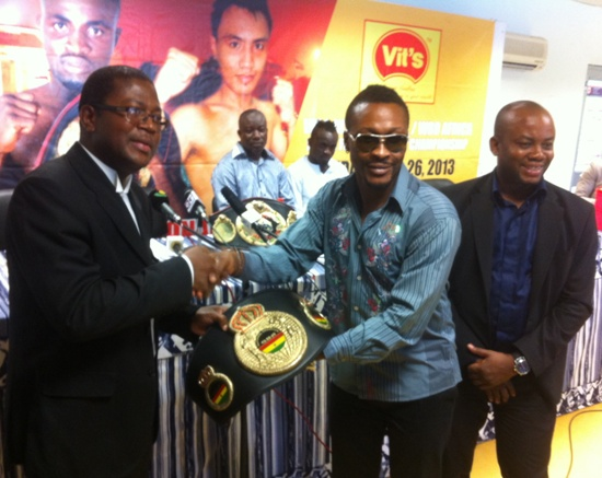 Vice President of the Baby Jet Promotions, Baffour Gyan presenting the symbolic title to GBA President Peter Zwenes