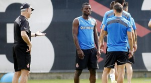 Ghana midfielder Mubarak Wakaso has returned to Espanyol with his future with the Spanish side still unsettled despite his quest to leave the club.