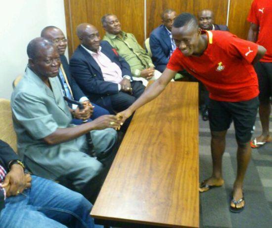 The Asantehene exchanging pleasantries with midfielder Michael Akuffo