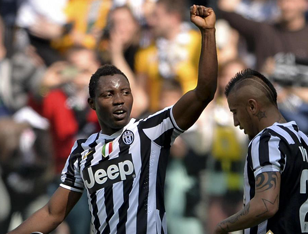 Kwadwo Asamoah celebrates with Arturo Vidal
