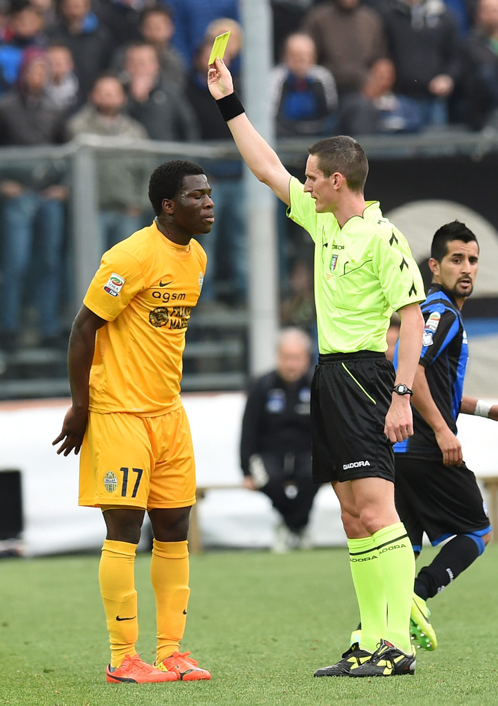 Godfred Donsah receiving a yellow card on his Serie A debut