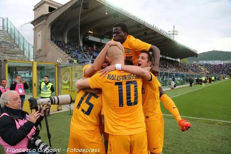Godfred Donsah celebrates with his Hellas Verona team-mates
