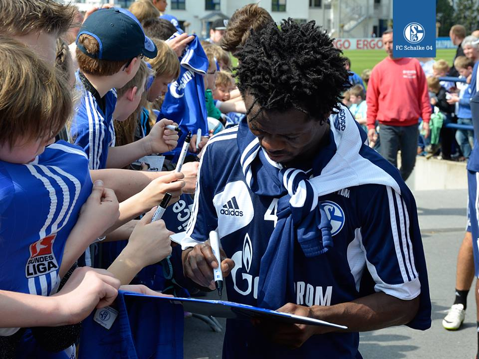 Ghana international midfielder Anthony Annan was among Schalke 04 stars who signed autographs and interacted with FC the club's fans on Friday afternoon after the club's training session.