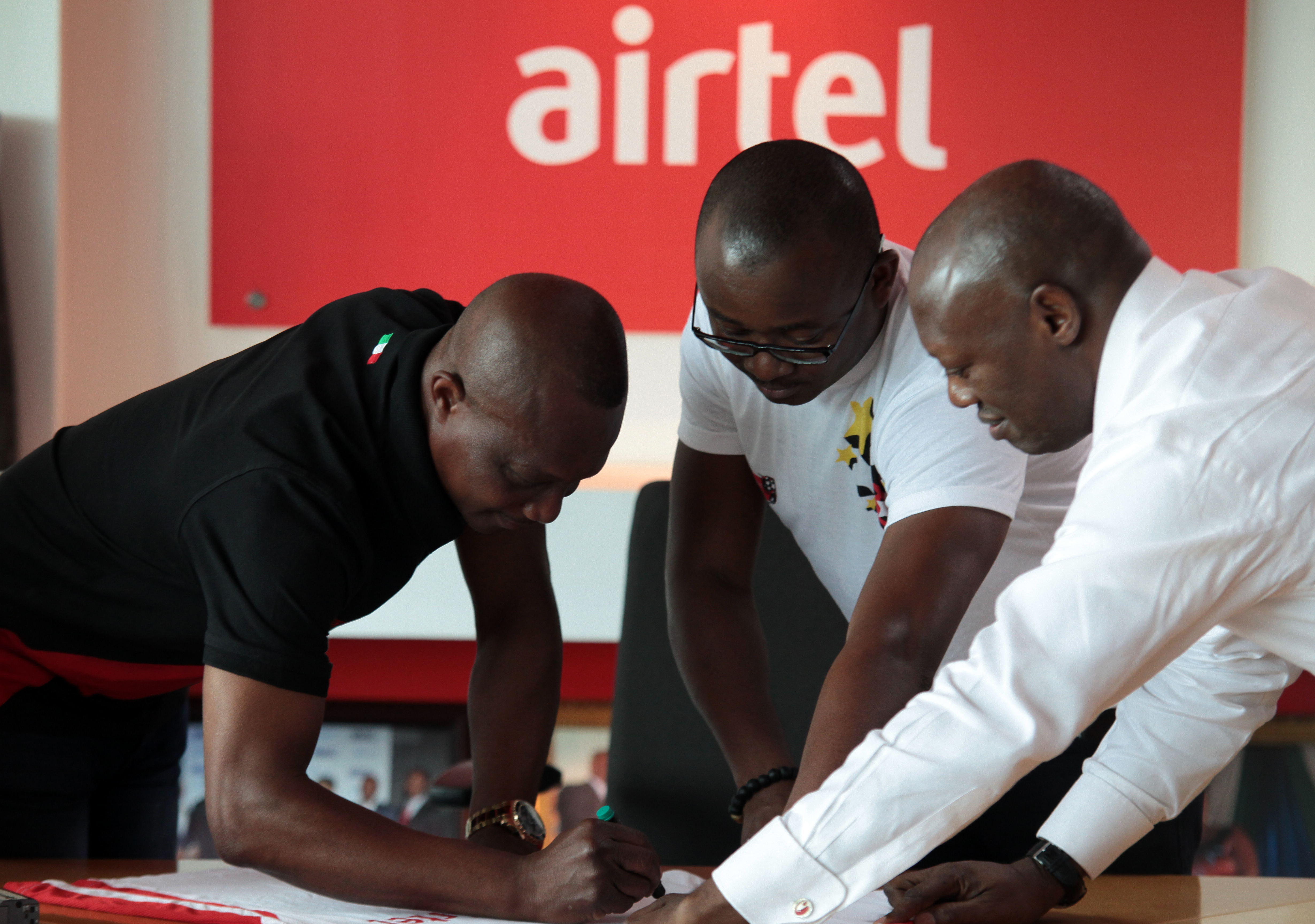 "Kwasi Appiah autographs an Airtel Rising Stars replica jersey with the inscription, ""Keep up the good work, Airtel Ghana"""