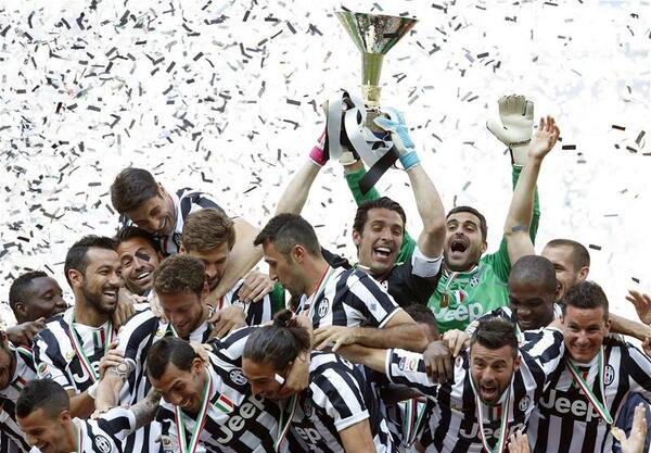 Kwadwo Asamoah pictured in the left corner in Juventus coronation