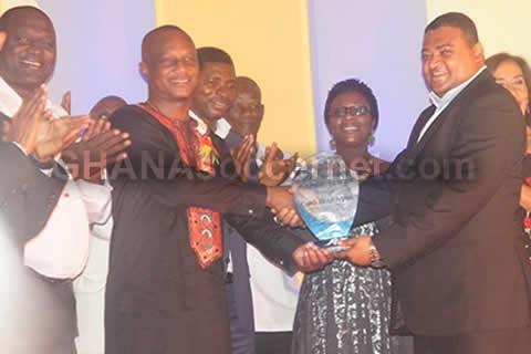 Ghana coach Kwesi Appiah receiving his award from Deputy Sports Minister Joseph Yamin