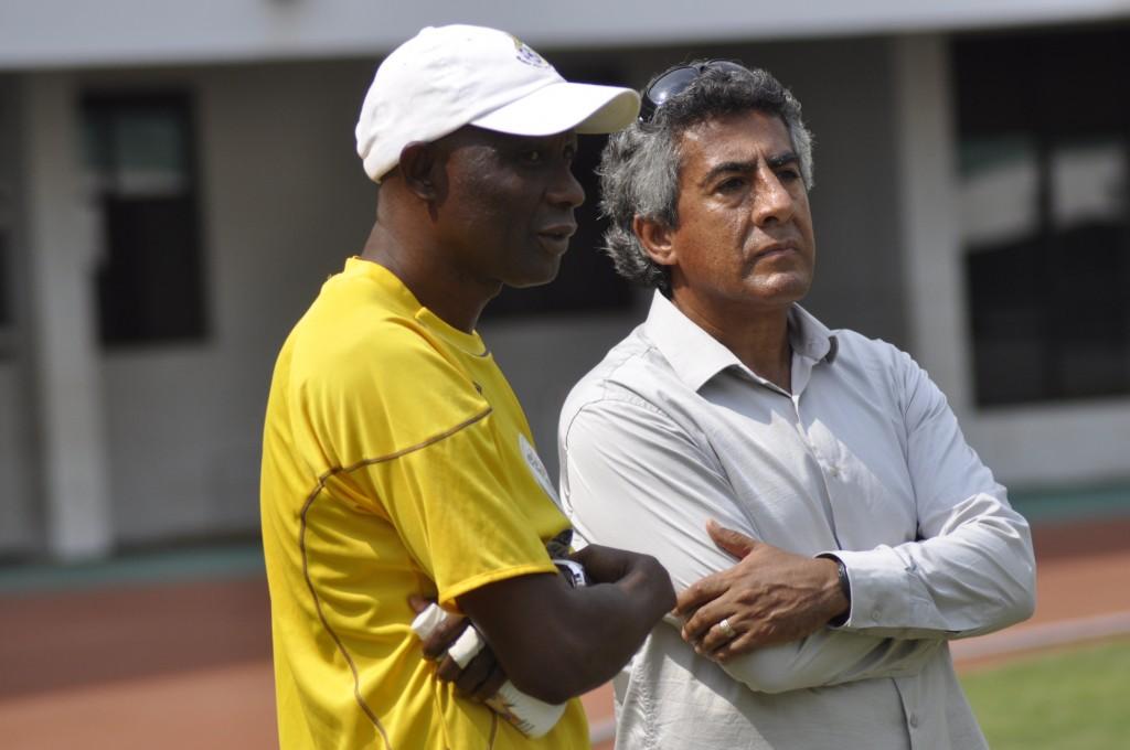 Medeama coach Roberto Carlos Paulette (right).