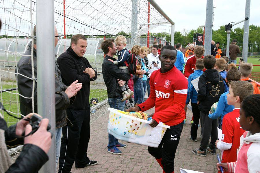 Shadrack Eghan interacts with FC Twente fans