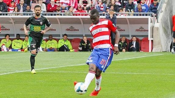 Mohammed Fatau kicking a ball for Granada.