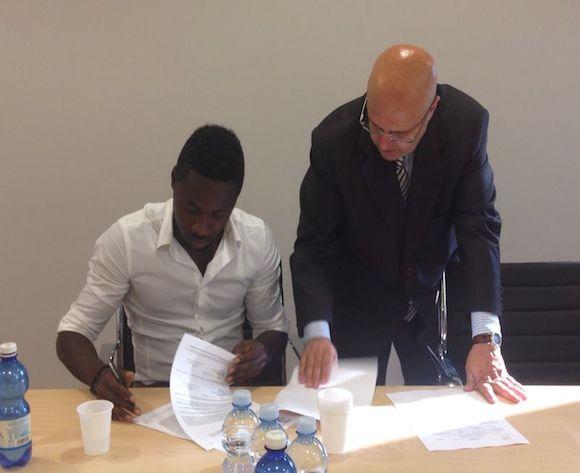 Richmond Boakye-Yiadom signing his contract with Atalanta.
