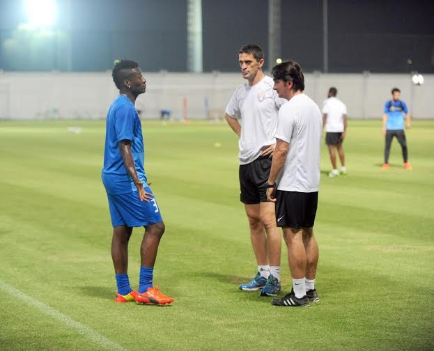 Asamoah Gyan interacting with the coaching staff of Al Ain