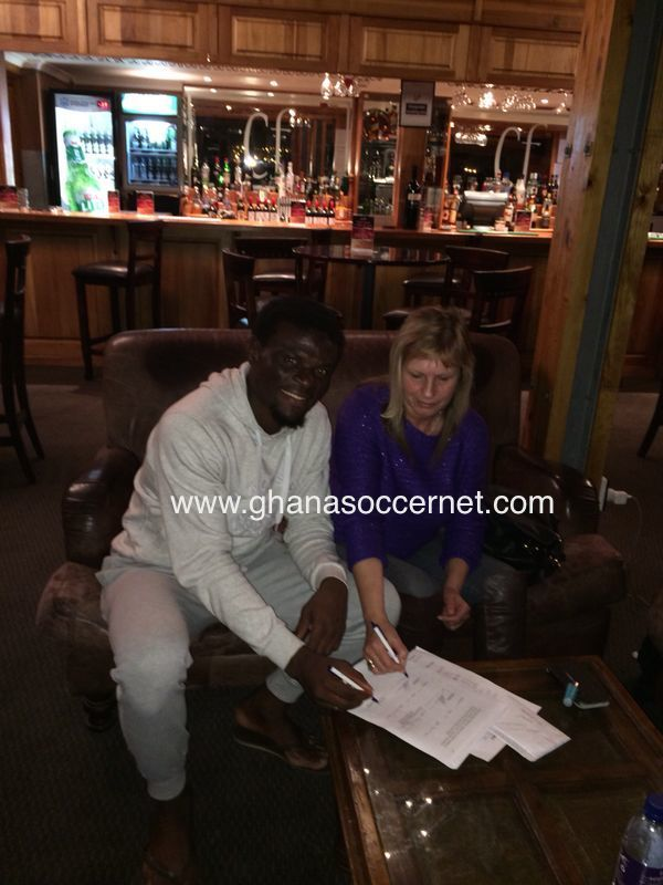 Fatau Dauda penning his two-year contract for Chippa United.