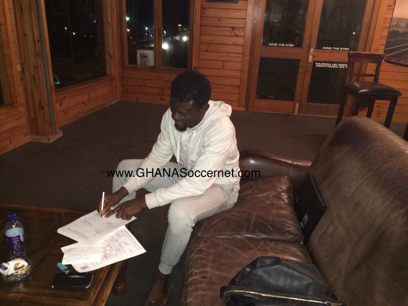 Fatau Dauda signing his two-year deal with Chippa United