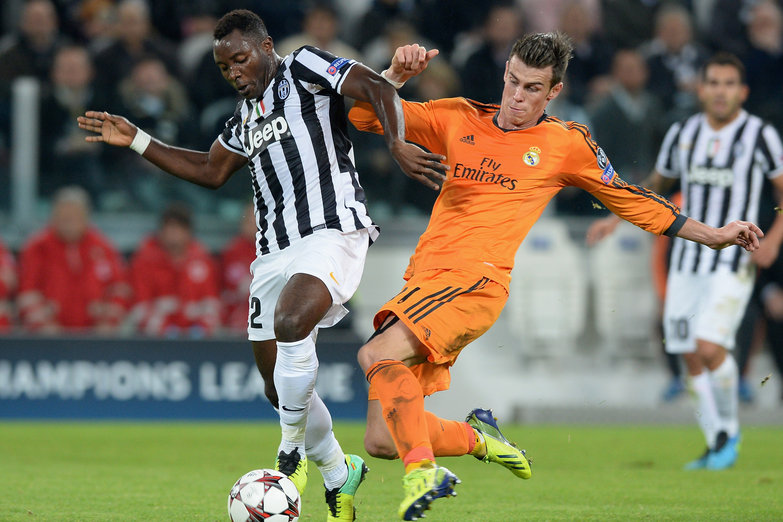 TURIN, ITALY - NOVEMBER 05:  Kwadwo Asamoah of Juventus (L) and Gareth Bale of Real Madrid compete for the ball during the UEFA Champions League Group B match between Juventus and Real Madrid at Juventus Arena on November 5, 2013 in Turin, Italy.  (Photo by Claudio Villa/Getty Images)
