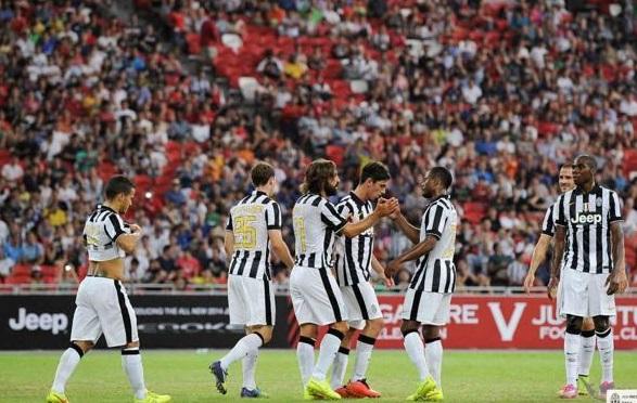 Kwadwo Asamoah celebrates goal with Andrea Pirlo