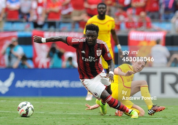 Joe Allen of Liverpool competes with Sulley Muntari of AC Milanduring the International Champions Cup 2014 match against Liverpool and AC Milan at Bank of America Stadium on August 2, 2014 in Charlotte, North Carolina. (Photo by Andrew Powell/Liverpool FC via Getty Images)