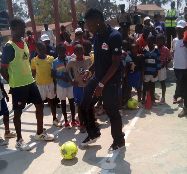Asamoah Gyan coaching kids at the soccer clinic