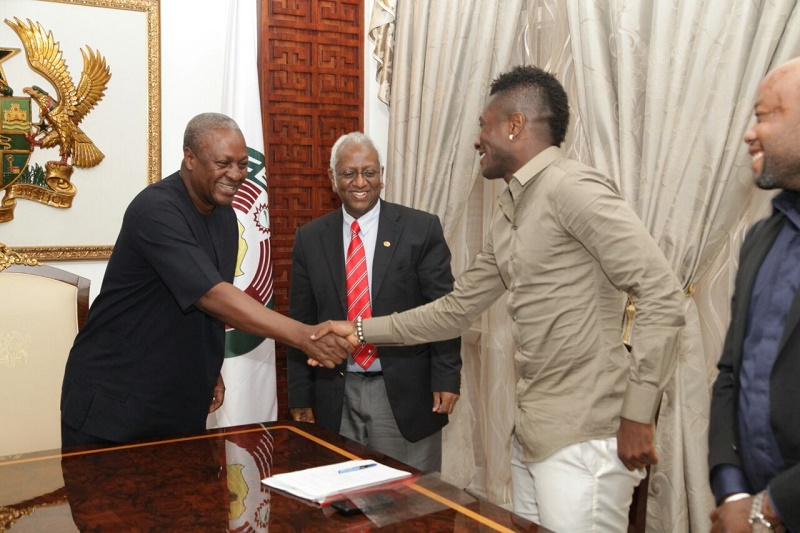 Asamoah Gyan in a handshake with Ghana President John Mahama