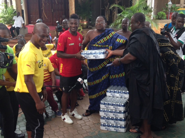 Asantehene donates to the Black Stars