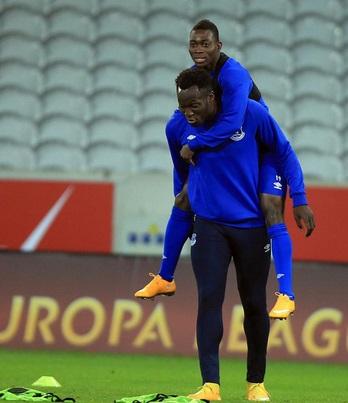 Christian Atsu carried by Lukaku during Everton's training in France