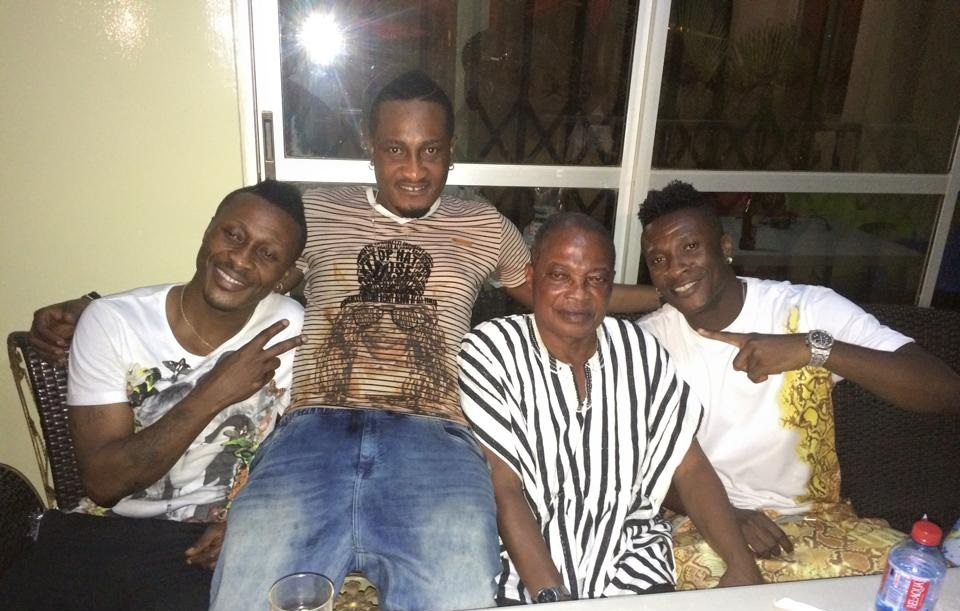 Asamoah Gyan with his father and borthers