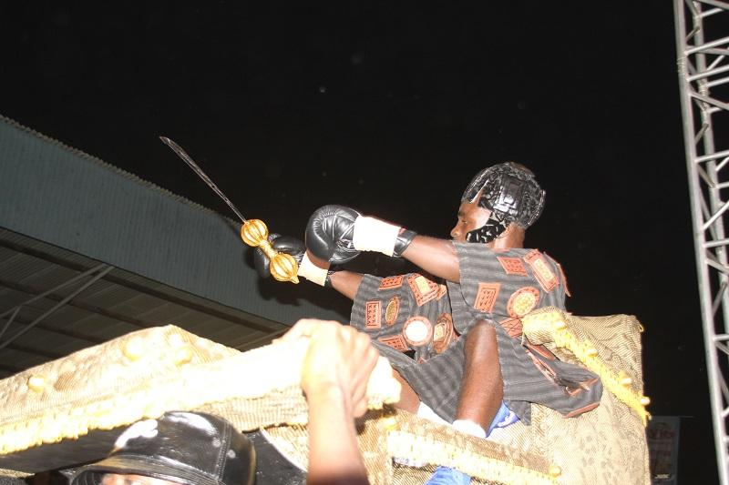 Emmanuel Tagoe arriving in a palanquin
