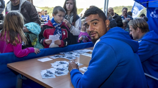 Kevin Boateng signs autographs