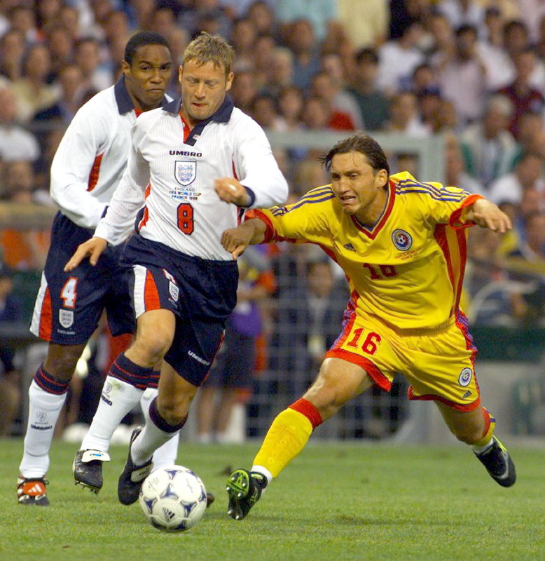 David Batty of England (L) and Gabriel Popescu of Romania (R) fight for control of the ball during their group G the World Cup match June 22. TOM/KM Reuters / Picture supplied by Action Images *** Local Caption *** RBBORH1998062200361.jpg