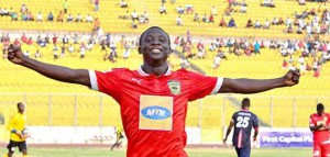 Asante Kotoko striker Dauda Mohammed learning from Coach David Duncan