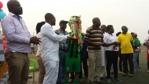 Prez Nyamntakyi presenting the trophy to Hasaacas Ladies