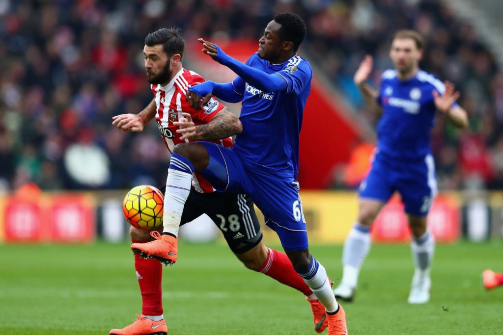 Chelsea coach Hiddink holds clear-the-air-talks with Baba Rahman after Southampton blunder