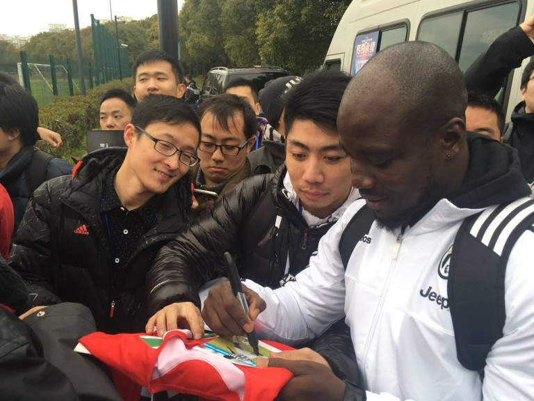 Former Ghana skipper Stephen Appiah signing autographs for Chinese fans