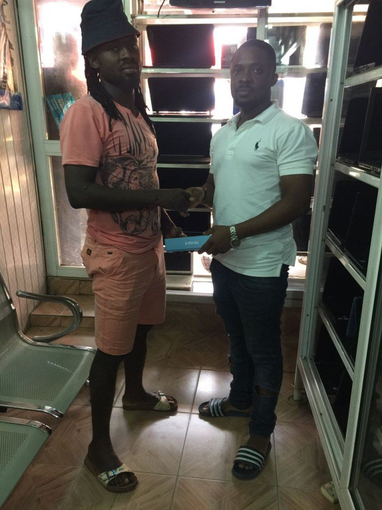 Dyed-in-the-wool Hearts supporter K20 donates latest Infinix phone to new player Malik Akowuah