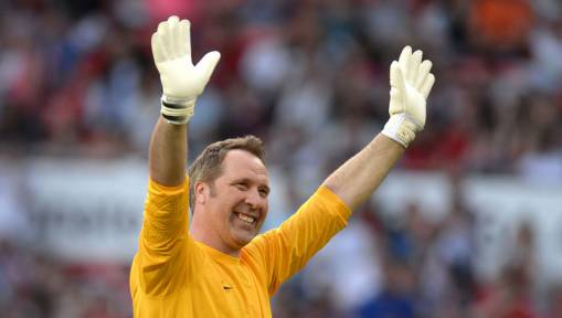 Gunners Legend Risks Angering Arsenal Fans by Claiming Man Utd Keeper Is Best in League