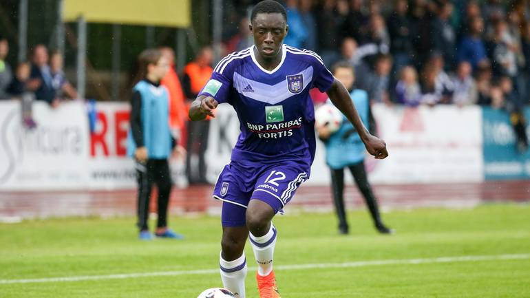 VIDEO: Ghanaian defender Dennis Appiah expresses gratitude to Anderlecht fans after undergoing surgery