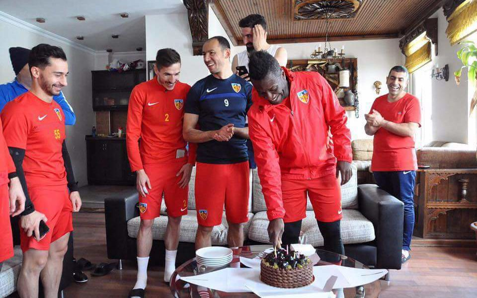 Kayserispor players serenade Asamoah Gyan on his birthday