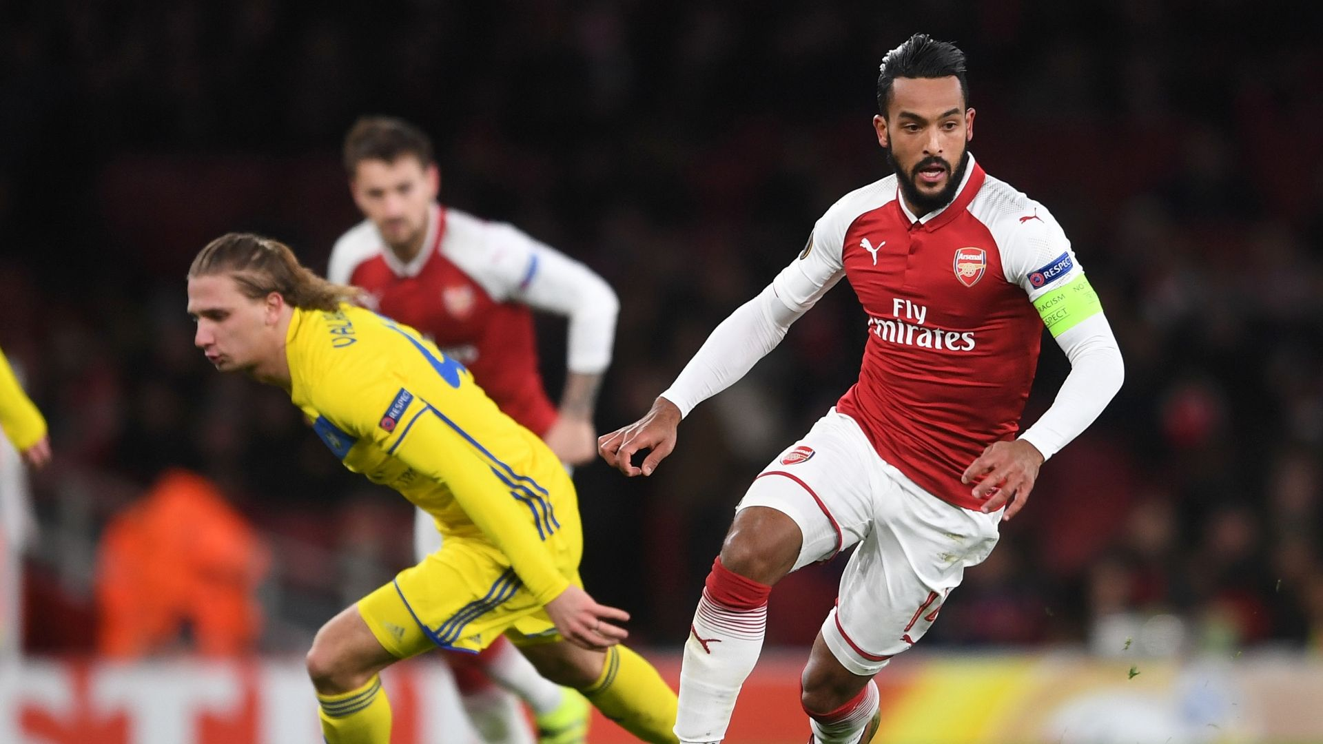 Walcott seals £20m move to Everton