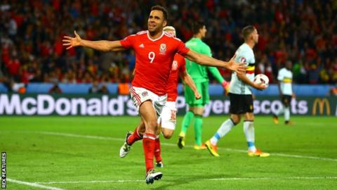 Wales drop Euro 2016 hero Robson-Kanu for Mexico friendly