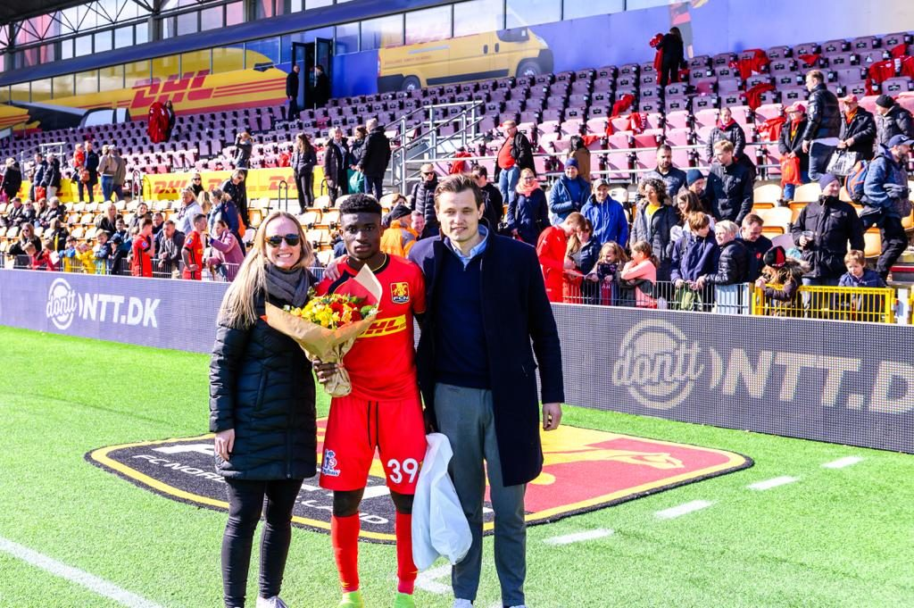 Kudus receives the Match of the Match award in the game against Esbjerg