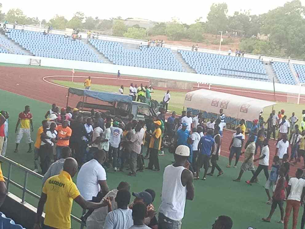 VIDEO: Ire Ebusua Dwarfs fans assault referee after loss against Hearts of Oak in Special Competition