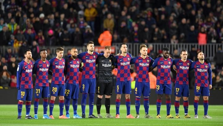 Barca have a minute of silence in memory of Roberto's late mother
