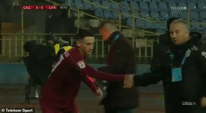 Quickest substitution ever? Cluj manager brings off player after 24 SECONDS 🎥