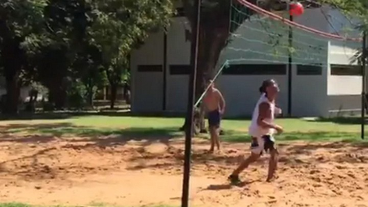 He still got it! Ronaldinho wins footvolley challenge with inmates in prison 🎥