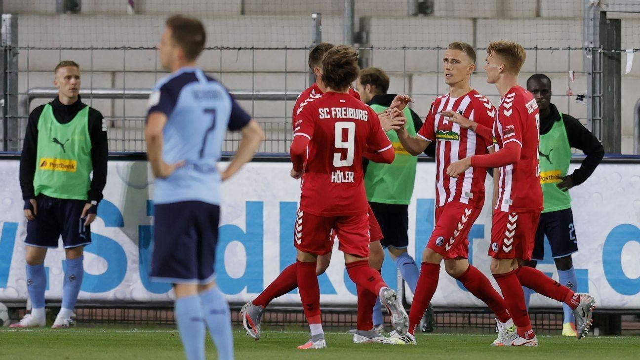 Petersen goal gives Freiburg 1-0 win over 10-man Gladbach
