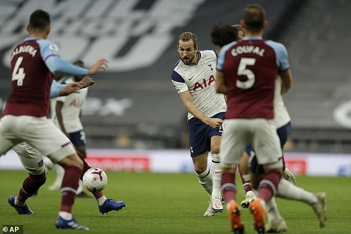 Carragher hails Harry Kane as 'one of best passers in world football'