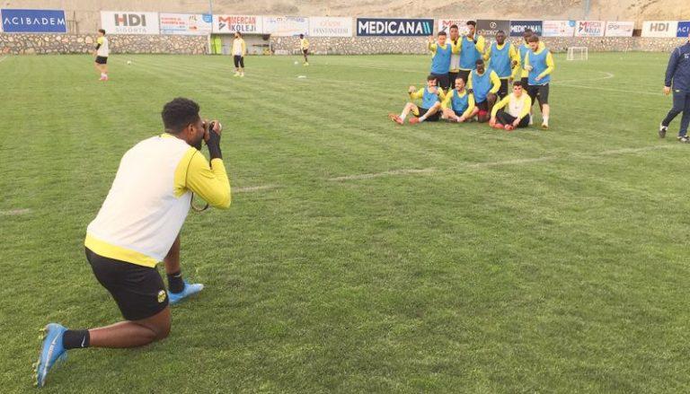 Ghanaian striker Benjamin Tetteh turns photographer in Yeni Malatyaspor training