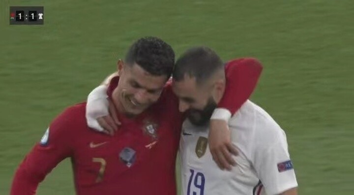 Meet old friends! Ronaldo and Benzema hugged and exchanged shirts at half-time